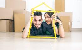 Νέο ζεύγος που παίρνει το καινούργιο σπίτι Στοκ Εικόνα