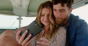 Νέο ζεύγος που παίρνει selfie με το κινητό τηλέφωνο 4k φιλμ μικρού μήκους