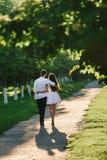Νέο ζεύγος που περπατά αγκαλιάζοντας κάθε ένα στοκ φωτογραφία με δικαίωμα ελεύθερης χρήσης