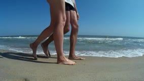 Νέο ζεύγος που περπατά στην παραλία 2 απόθεμα βίντεο