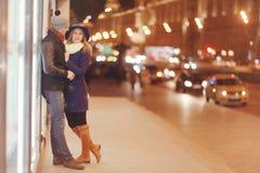Νέο ζεύγος που περπατά στην πόλη βραδιού Στοκ εικόνες με δικαίωμα ελεύθερης χρήσης