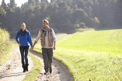 Νέο ζεύγος που περπατά στο πάρκο Στοκ Εικόνες
