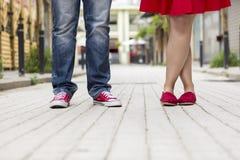 Νέο ζεύγος που στέκεται υπαίθριο θηλυκό αρσενικό ποδιών Στοκ φωτογραφίες με δικαίωμα ελεύθερης χρήσης