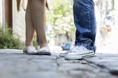 Νέο ζεύγος που στέκεται υπαίθριο θηλυκό αρσενικό ποδιών Στοκ Εικόνα