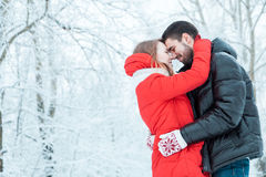 Νέο ζεύγος που στηρίζεται στο πάρκο Στοκ Εικόνες