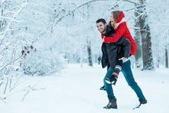 Νέο ζεύγος που στηρίζεται στο πάρκο Στοκ Εικόνα