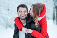 Νέο ζεύγος που στηρίζεται στο πάρκο Στοκ φωτογραφίες με δικαίωμα ελεύθερης χρήσης