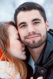Νέο ζεύγος που στηρίζεται στο πάρκο Στοκ φωτογραφία με δικαίωμα ελεύθερης χρήσης