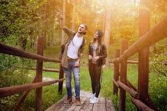Νέο ζεύγος που ταξιδεύει σε μια φύση ευτυχείς άνθρωποι Τρόπος ζωής ταξιδιού Στοκ Εικόνες
