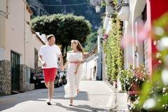 Νέο ζεύγος που τρέχει και που φαίνεται μεταξύ τους, Positano, Ιταλία στοκ φωτογραφία με δικαίωμα ελεύθερης χρήσης