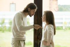 Νέο ζεύγος που υποστηρίζει στο σπίτι, άνδρας που δείχνει το δάχτυλο που κατηγορεί τη γυναίκα Στοκ Εικόνες