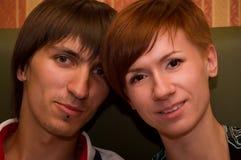 νέο ζεύγος που χαμογελά από κοινού στοκ φωτογραφία με δικαίωμα ελεύθερης χρήσης