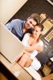 Νέο ζεύγος που χρησιμοποιεί έναν φορητό προσωπικό υπολογιστή σε ένα ασιατικό δωμάτιο ξενοδοχείου Στοκ φωτογραφία με δικαίωμα ελεύθερης χρήσης