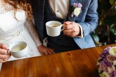 Νέο ζεύγος σε έναν καφέ στον αττικούς καφέ κατανάλωσης και το τσάι, κάθισμα Πρόγευμα πρωινού στο ξενοδοχείο Καλλιεργημένη εικόνα  στοκ εικόνα με δικαίωμα ελεύθερης χρήσης