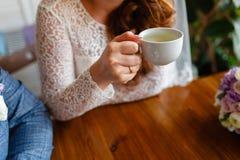 Νέο ζεύγος σε έναν καφέ στον αττικούς καφέ κατανάλωσης και το τσάι, κάθισμα Πρόγευμα πρωινού στο ξενοδοχείο Καλλιεργημένη εικόνα  στοκ φωτογραφίες με δικαίωμα ελεύθερης χρήσης