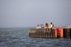 Νέο ζεύγος σε μια αποβάθρα στη λίμνη Μίτσιγκαν στοκ εικόνες