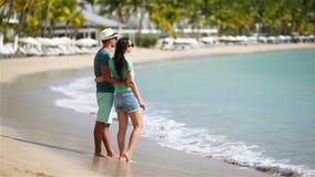 Νέο ζεύγος στην άσπρη παραλία κατά τη διάρκεια των θερινών διακοπών Η ευτυχής οικογένεια απολαμβάνει το μήνα του μέλιτος τους απόθεμα βίντεο