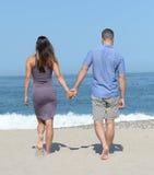 Νέο ζεύγος στην αμμώδη παραλία Στοκ εικόνα με δικαίωμα ελεύθερης χρήσης