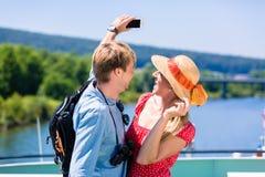 Νέο ζεύγος στην κρουαζιέρα ποταμών το καλοκαίρι που παίρνει selfie στοκ φωτογραφία με δικαίωμα ελεύθερης χρήσης