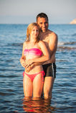 Νέο ζεύγος στην παραλία Στοκ Φωτογραφία