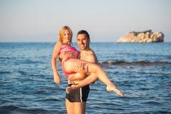 Νέο ζεύγος στην παραλία στοκ εικόνα