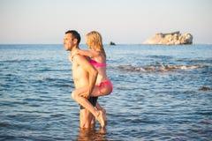 Νέο ζεύγος στην παραλία στοκ φωτογραφία με δικαίωμα ελεύθερης χρήσης