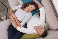 Νέο ζεύγος στην τηλεοπτική τοπ άποψη προσοχής καναπέδων Στοκ Εικόνες