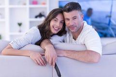 Νέο ζεύγος στην τηλεόραση προσοχής καναπέδων Στοκ Φωτογραφίες