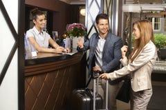 Νέο ζεύγος στην υποδοχή ξενοδοχείων στοκ φωτογραφία