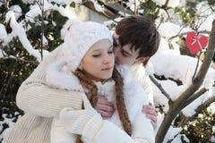 Νέο ζεύγος στη φυσική χειμερινή ανασκόπηση Στοκ εικόνα με δικαίωμα ελεύθερης χρήσης