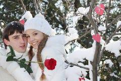 Νέο ζεύγος στη φυσική χειμερινή ανασκόπηση Στοκ Φωτογραφίες