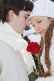 Νέο ζεύγος στη φυσική χειμερινή ανασκόπηση Στοκ Φωτογραφία