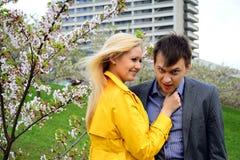 Νέο ζεύγος στον κήπο του sakura στο πάρκο Στοκ Εικόνες