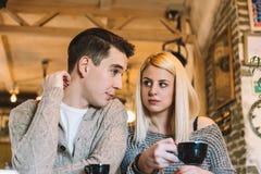 Νέο ζεύγος στον καφέ Στοκ φωτογραφία με δικαίωμα ελεύθερης χρήσης