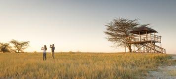 Νέο ζεύγος στο αφρικανικό σαφάρι Στοκ φωτογραφία με δικαίωμα ελεύθερης χρήσης