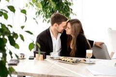 Νέο ζεύγος στο εστιατόριο Στοκ φωτογραφία με δικαίωμα ελεύθερης χρήσης