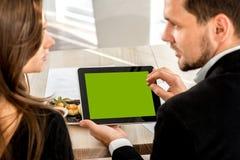Νέο ζεύγος στο εστιατόριο Στοκ Φωτογραφίες