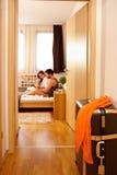 Νέο ζεύγος στο κρεβάτι που χρησιμοποιεί την ταμπλέτα Στοκ εικόνα με δικαίωμα ελεύθερης χρήσης