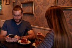 Νέο ζεύγος στο μπαρ με το τσάι Στοκ Εικόνες