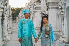 Νέο ζεύγος στο παραδοσιακό βιρμανός κοστούμι, το Μιανμάρ - 21 Νοεμβρίου 2017 Στοκ εικόνα με δικαίωμα ελεύθερης χρήσης