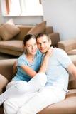 Νέο ζεύγος στο σπίτι στοκ εικόνα με δικαίωμα ελεύθερης χρήσης