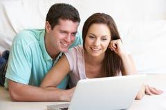 Νέο ζεύγος στο φορητό προσωπικό υπολογιστή Στοκ Εικόνες