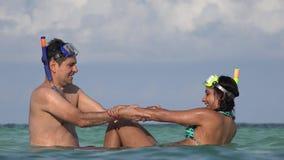Νέο ζεύγος τουριστών διασκέδασης που κολυμπά στον ωκεανό κατά τη διάρκεια των διακοπών απόθεμα βίντεο