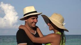 Νέο ζεύγος τουριστών που χορεύει στις θερινές διακοπές απόθεμα βίντεο