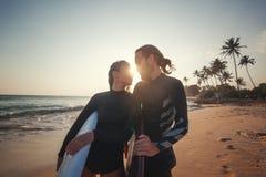 Νέο ζεύγος των ευτυχών surfers χαμόγελου στην ωκεάνια ακτή, έννοια ταξιδιού αθλητικών διακοπών στοκ φωτογραφίες με δικαίωμα ελεύθερης χρήσης