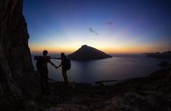 Νέο ζεύγος των ορειβατών βράχου στο ηλιοβασίλεμα Στοκ φωτογραφία με δικαίωμα ελεύθερης χρήσης