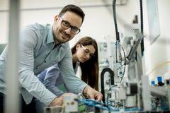 Νέο ζεύγος των σπουδαστών στο εργαστήριο ρομποτικής Στοκ Φωτογραφία