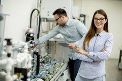 Νέο ζεύγος των σπουδαστών στο εργαστήριο ρομποτικής Στοκ φωτογραφία με δικαίωμα ελεύθερης χρήσης
