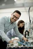 Νέο ζεύγος των σπουδαστών στο εργαστήριο ρομποτικής Στοκ εικόνα με δικαίωμα ελεύθερης χρήσης