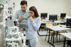 Νέο ζεύγος των σπουδαστών στο εργαστήριο ρομποτικής Στοκ φωτογραφίες με δικαίωμα ελεύθερης χρήσης